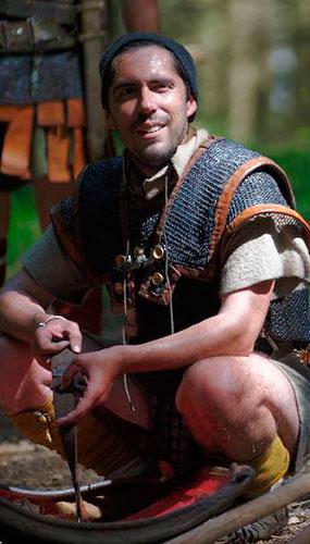 José da Silva, vestido como um legionário romano